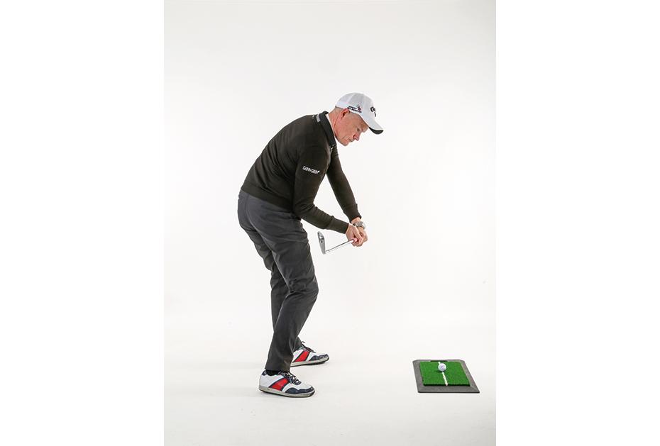 So ist es RICHTIG: Die Hüftdrehung kommt aus dem richtigen Einsatz der Beine. Dabei bleibt die rechte Ferse nahezu am Boden. Der rechte Fuß drückt so die hüfte in die richtige Position und der kopf bleibt ruhig, während die Hüfte dreht