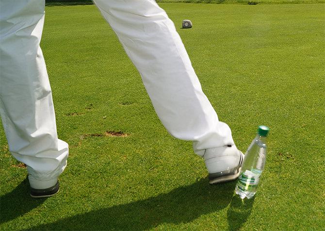 Wenn die rechte Ferse die Flasche jedoch umwirft,...