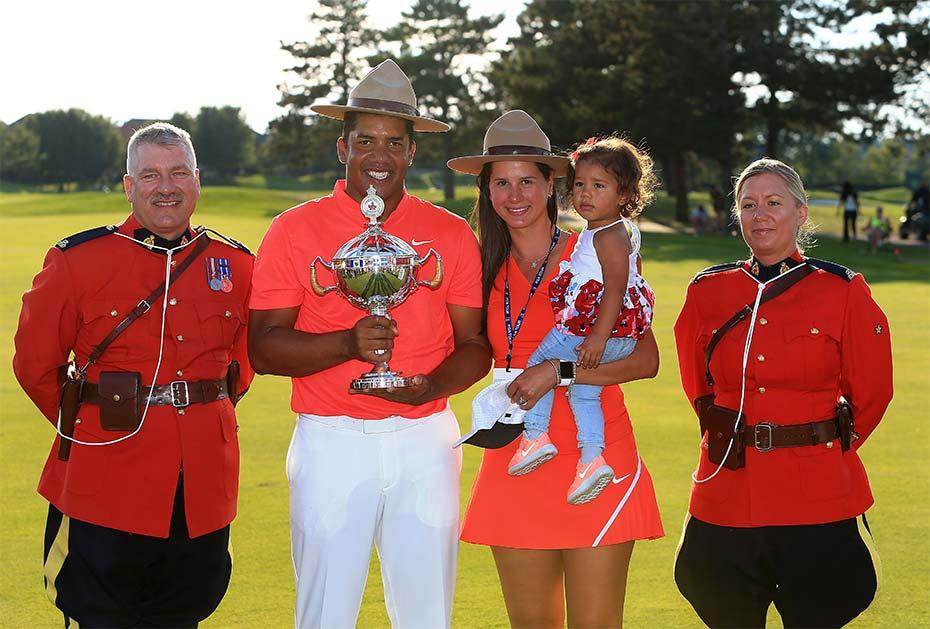 RBC Canadian Open-Champion Jhonattan Vegas mit Frau Hildegard und Tochter Sharlene, flankiert von zwei Canadian Mounties