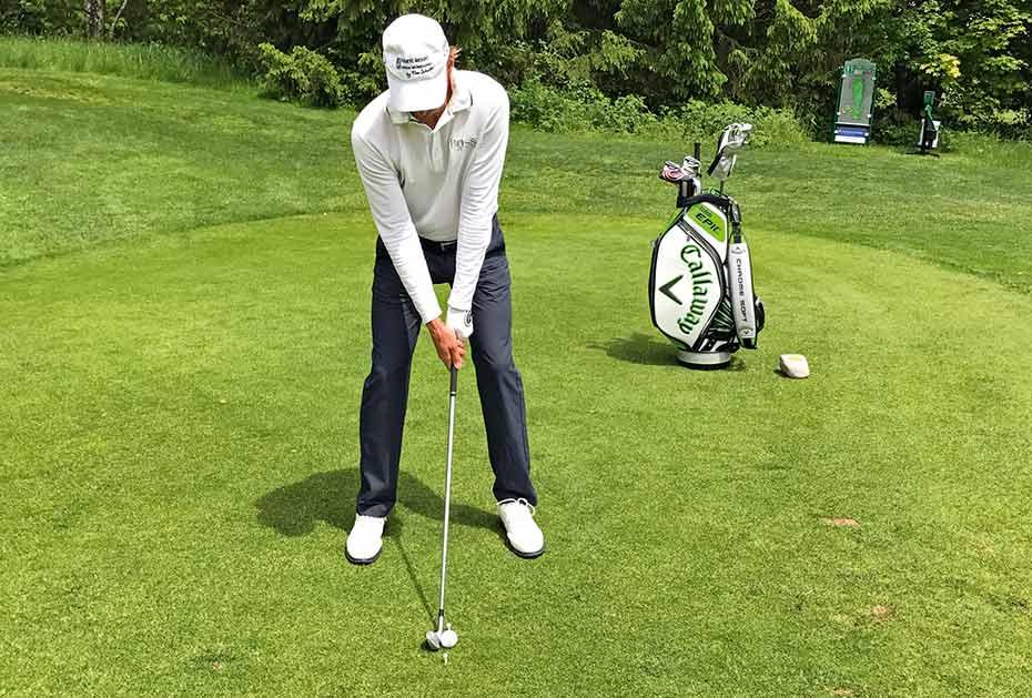 Das Eisen-Set-up: Die Ballposition ist mittig zwischen den Füßen. Das Gewicht sollte im Treffmoment mehr auf dem linken Bein liegen (bei Rechtshändern).