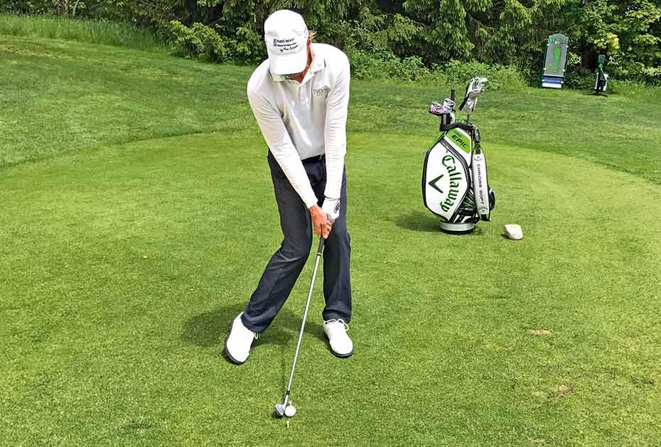 Der Kopf befindet sich über dem Ball. Nun stimmt die Set-up-Position und der Ball kann im Abschwung getroffen werden, wodurch das Divot nach dem Ballkontakt entsteht.