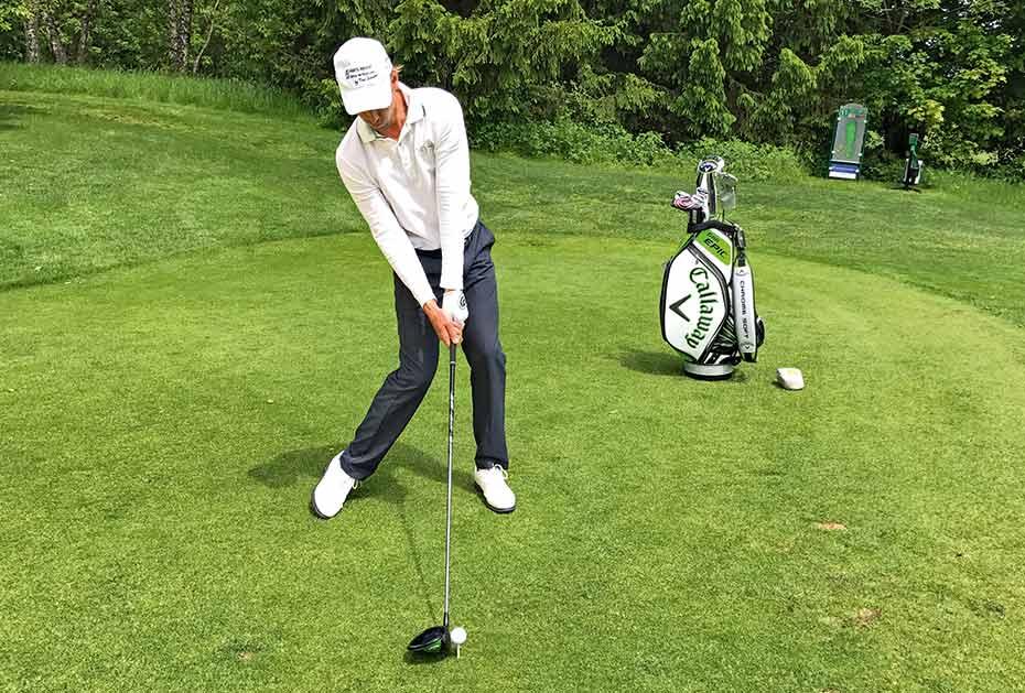 So muss es auch im Treffmoment sein: Das Gewicht wird nach links verlagert, aber der Oberkörper befindet sich hinter dem Ball.