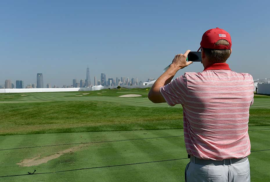 Team-USA-Captain Steve Stricker macht ein Foto von der New-York-Skyline