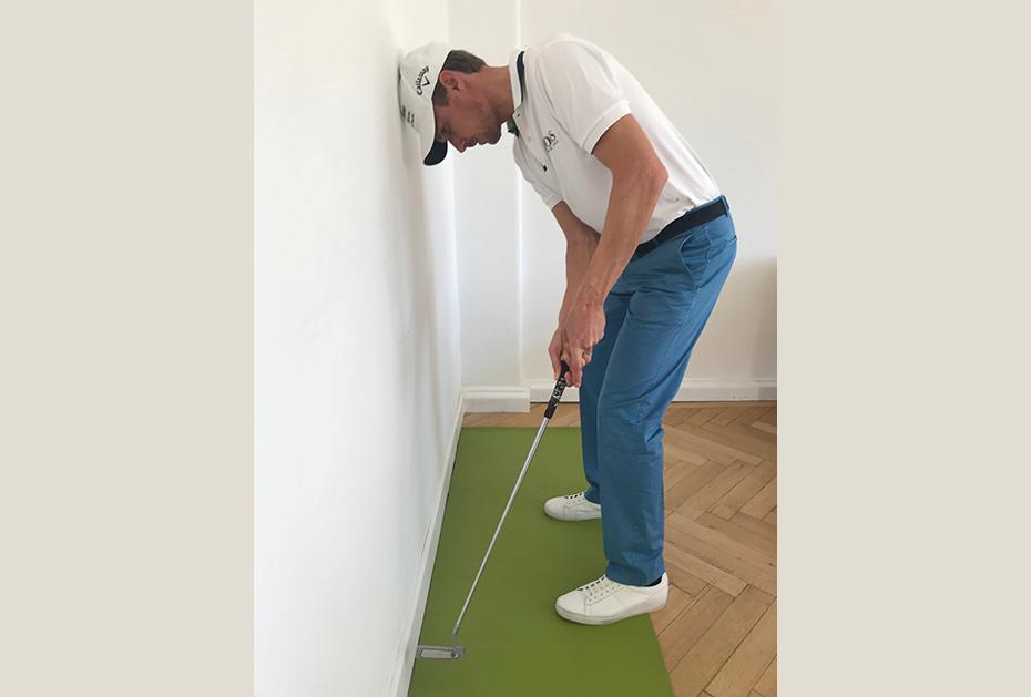 Bei der Puttbewegung achten Sie dann darauf, dass der Putter immer innerhalb der Wand schwingt, ...