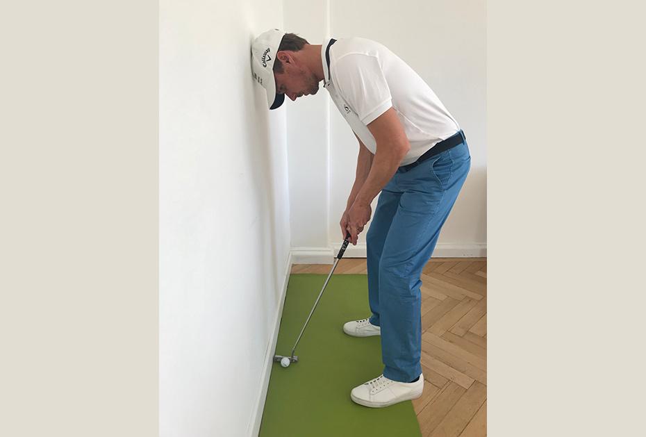 Putten an der Wand:  Legen Sie den Ball nah an eine Wand. Nun sprechen Sie den Ball an und lehnen dabei den Kopf gegen die  Wand.