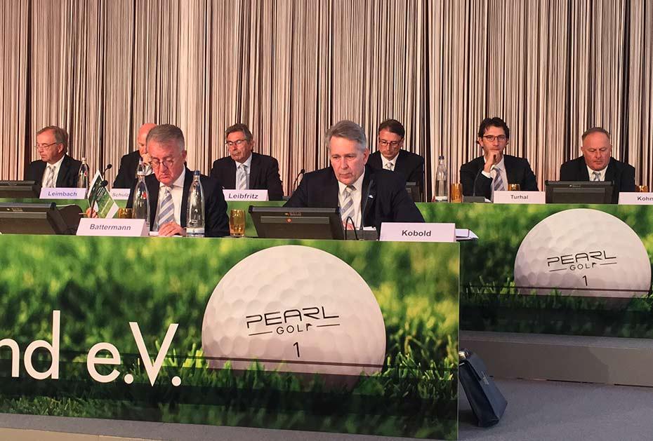 Konzentriert: Achim Battermann (links vorne) und DGV-Präsident Claus M. Kobold (rechts vorne)
