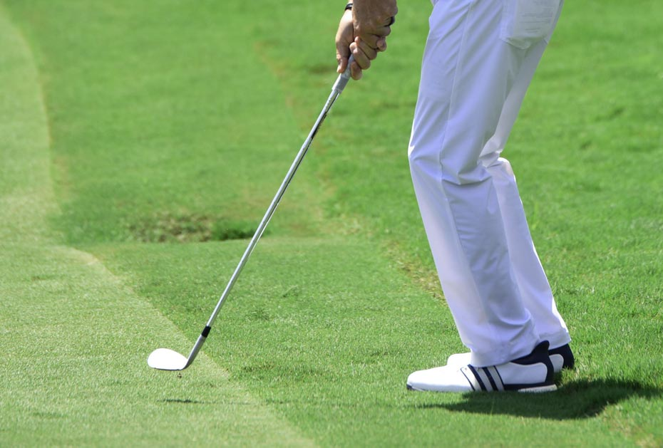 Mit der Wedge-Kante gespielt: Ideal, wenn der Ball direkt an einer Gras- bzw. Roughkante liegt