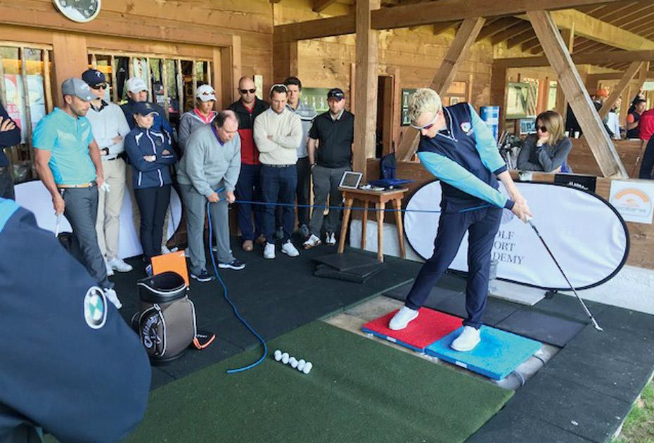 """Fasziniert beobachtet Österreichs Golf- Senior Markus Brier die Demonstration der """"Force Plates"""", entwickelt von """"Hall of Fame""""- Teacher Mike Adams und der Kistler-Group (CH)"""