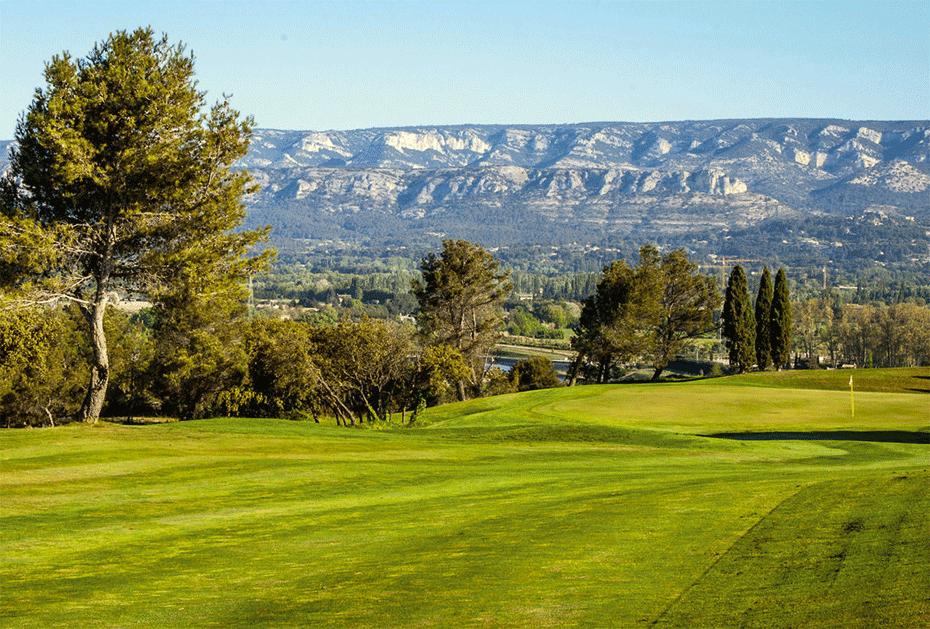 Bahn 7 des Pont Royal: Wunderbarer Blick auf die Landschaft der Provence mit dem Luberon-Gebirge im Hintergrund