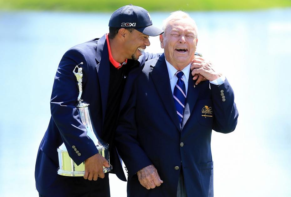 Tiger Woods lacht mit Arnold Palmer bei seinem Sieg 2013