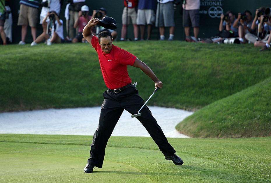 Tiger Woods feiert sein Birdie auf der 18 zum Sieg beim Arnold Palmer Invitational 2008