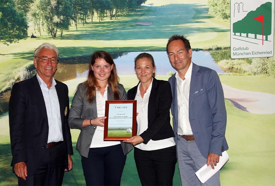 Arne Malte Uhlig (Präsident BGV) und Ralf Exel (Bayerische Medien-Golfer, rechts) überreichen dem Golf Club St. Leon-Rot den Preis für Deutschlands beste Golfclub-Webseite 2018