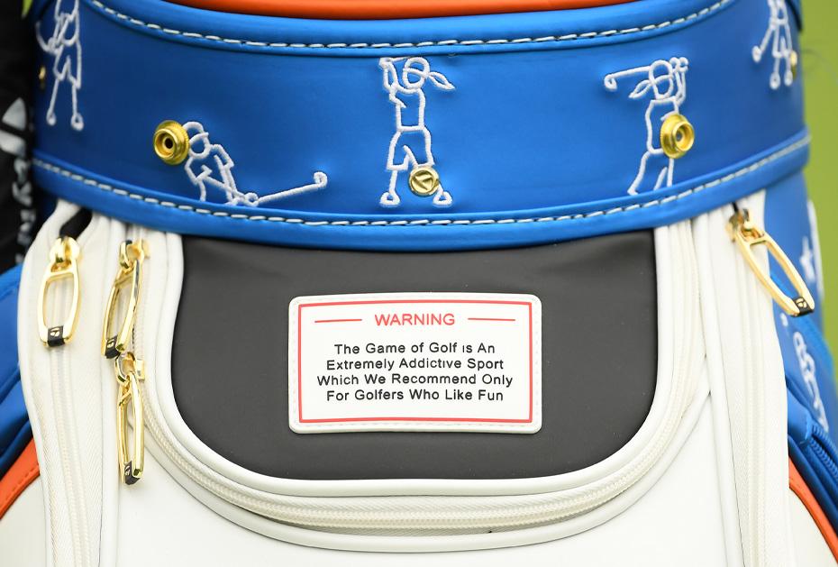Anlehnung: TaylorMade hat den Warnhinweis in abgeänderter Form für seine Limited Edition Bag aufgegriffen