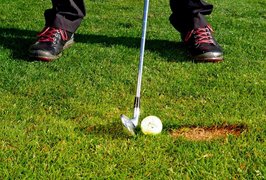 Satter Ballkontakt: Der Schlägerkopf trifft in der Abwärtsbewegung auf den Ball und produziert nach dem Kontakt das Divot