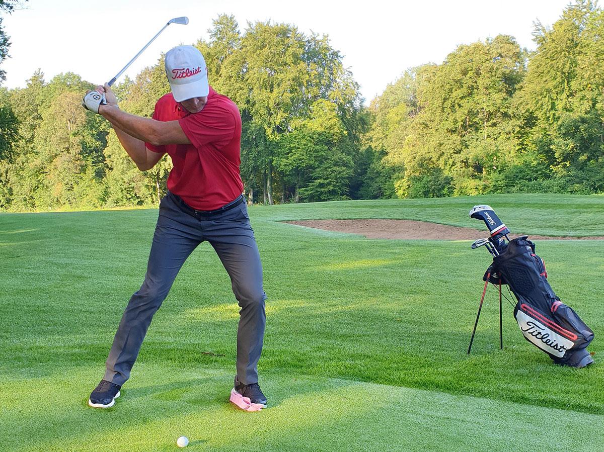 Beim Einleiten der Vorwärtsbewegung verlagert sich der Druck mit maximaler Dynamik unter den linken Fuß. Das ist, als würden Sie zu Beginn des Abschwungs unter Ihrem linken Fuß einen Eierkarton zerquetschen. Das bedeutet nicht, dass Sie Ihren Körper groß seitlich bewegen. Der Schwerpunkt bleibt immer innerhalb der Fußgelenke