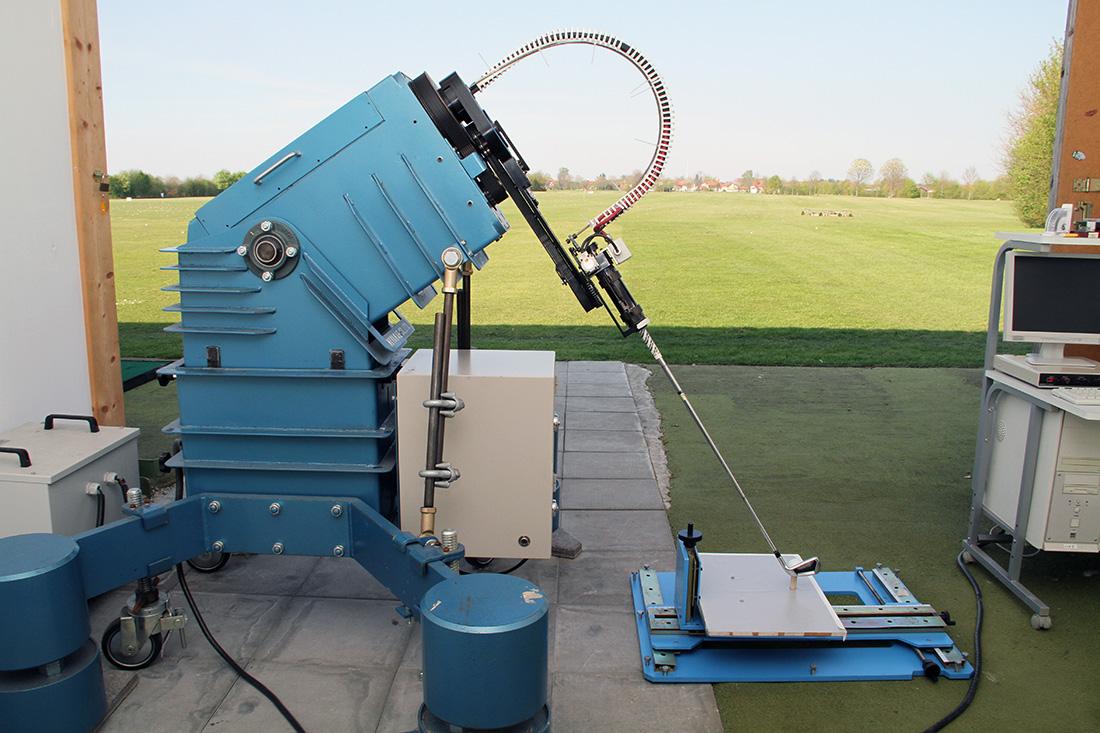 Der Miya Shot Robo V Schwungroboter mit seinen drei unabhängig voneinander arbeitenden Servomotoren. Er ist der perfekte Tester, um objektiv vergleichbare Resultate zu erzielen.