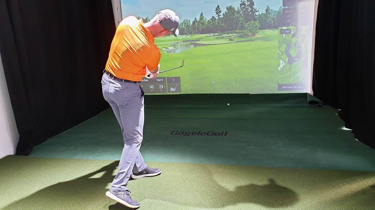 Thomas Gögele: Wenn der Schläger im Durchschwung wieder parallel zum Boden ist, ist der Winkel der Handgelenke voll aufgelöst, der Handrücken zeigt 90° links vom Ziel und die Spitze der Schlagfläche wieder nach oben.