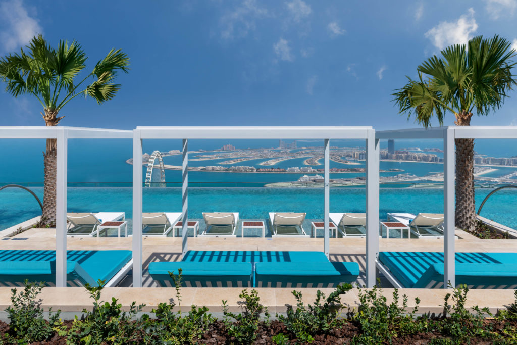 Unglaubliches Ambiente am Infinity Pool im 77. Stock