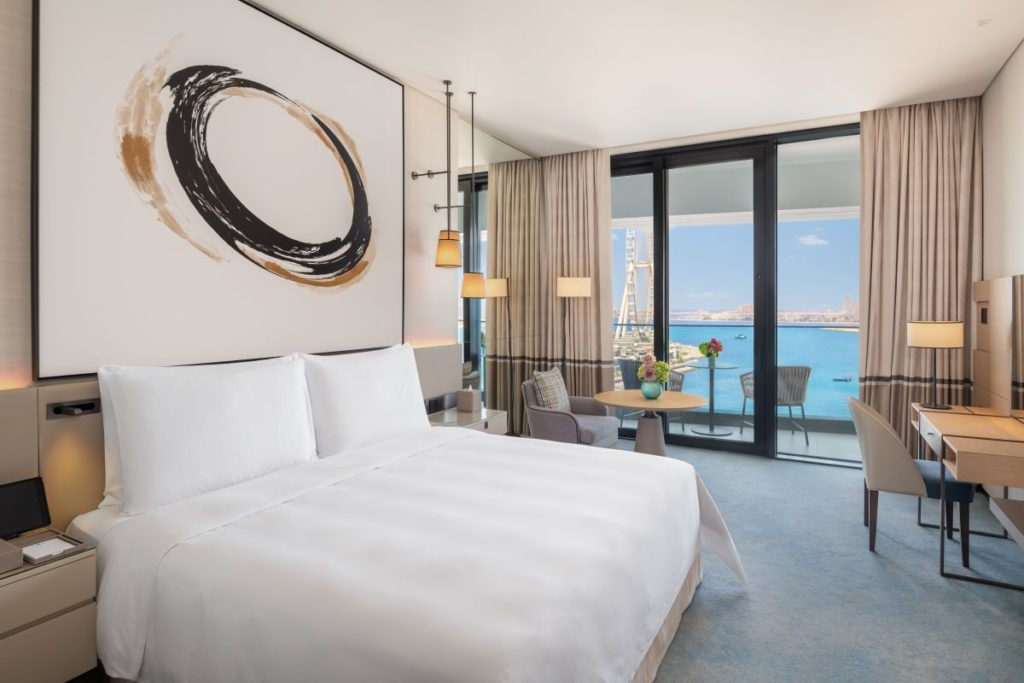 Luxuriös: Ein Blick in den Deluxe King Balcony Bedroom mit Meerblick
