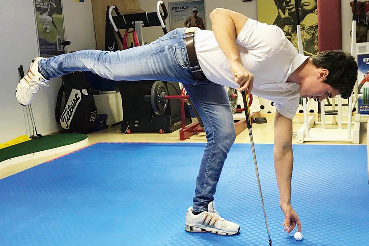 Hilfe: Abstützen des Oberkörpers, wobei das schmerzhafte Knie voll entlastet wird