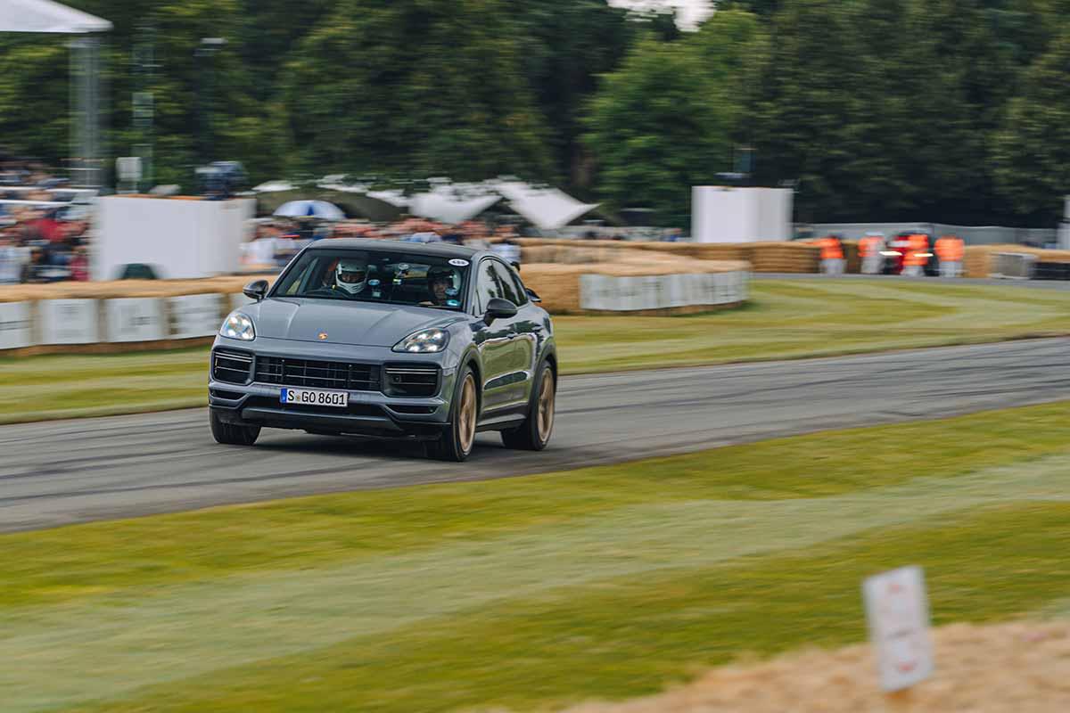 Paul Casey on the Road im neuen Porsche Cayenne Turbo GT