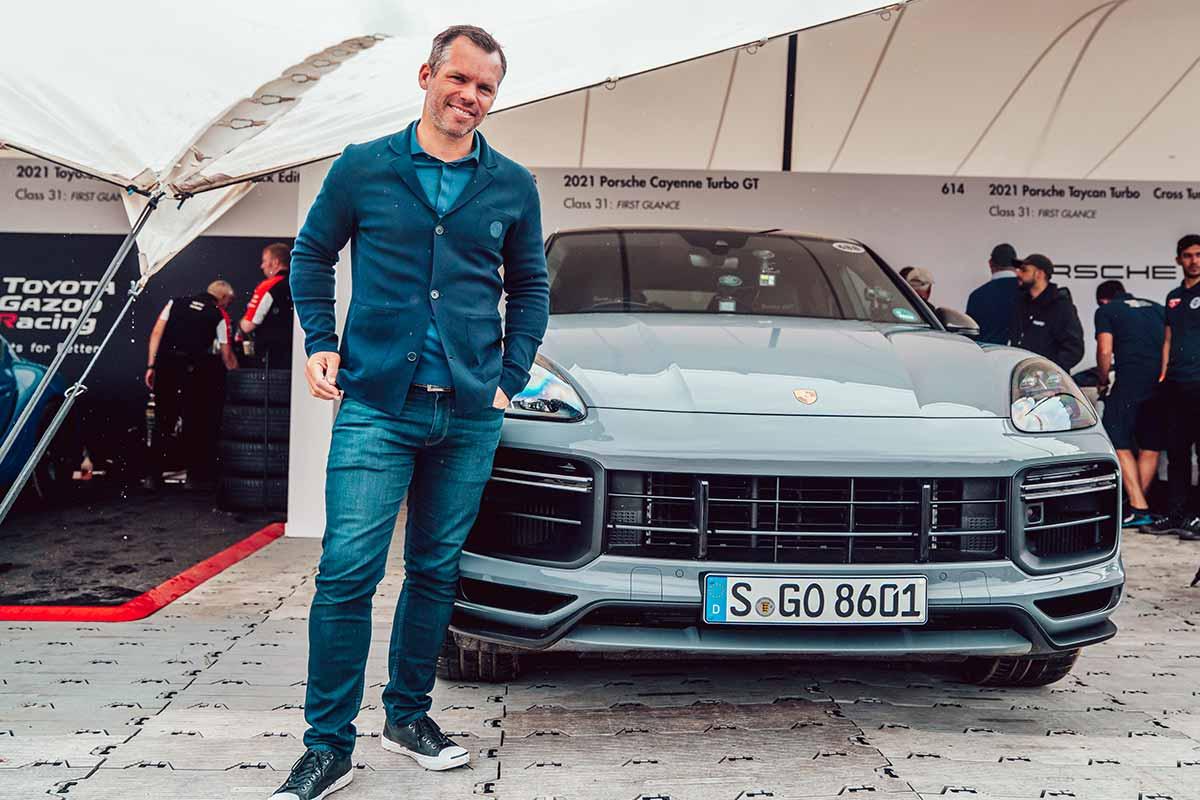 Paul Casey vor dem neuen Porsche Cayenne Turbo GT