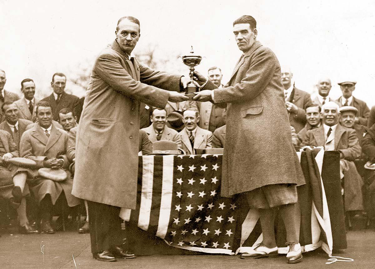 Britischer Triumph 1929: Samuel Ryder (l.) übergibt Kapitän George Duncan den Cup